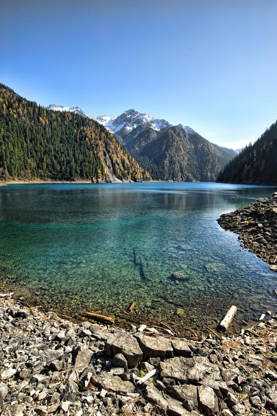 九寨溝の渓谷の長い湖