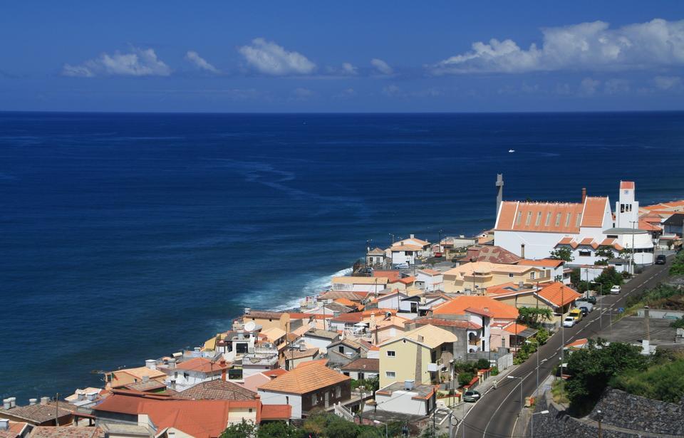 鑑於傳統的村屋和港口對由東海岸