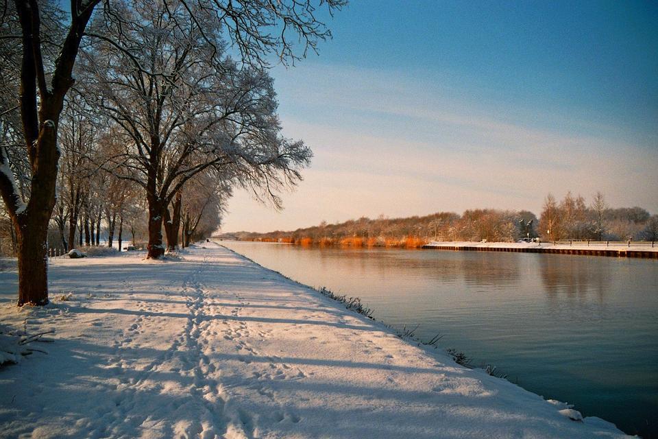 威斯特伐利亚德国车道coverd雪