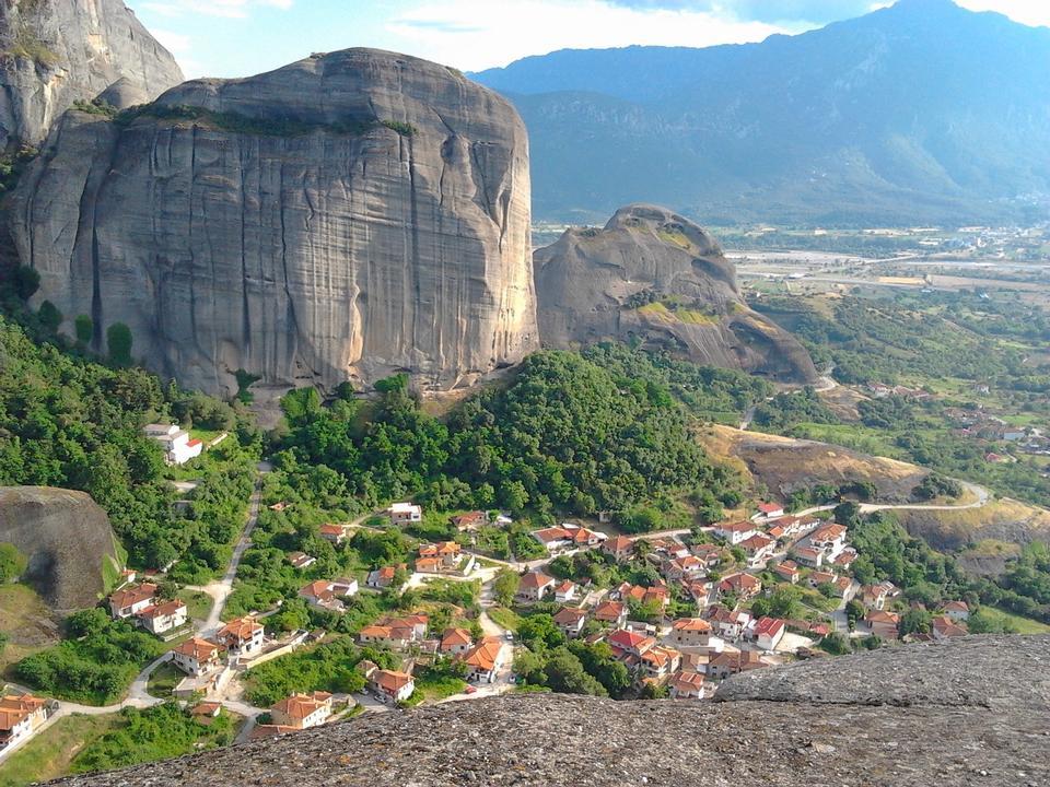 ビルや巨大な岩、山、ギリシャ
