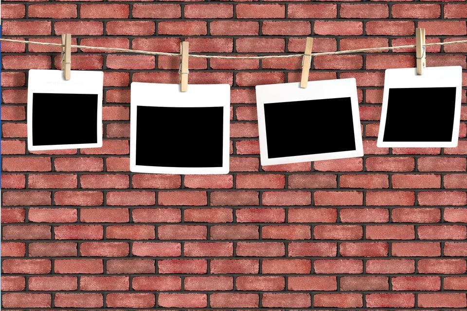 fotos en una cuerda aislados en la pared de ladrillo