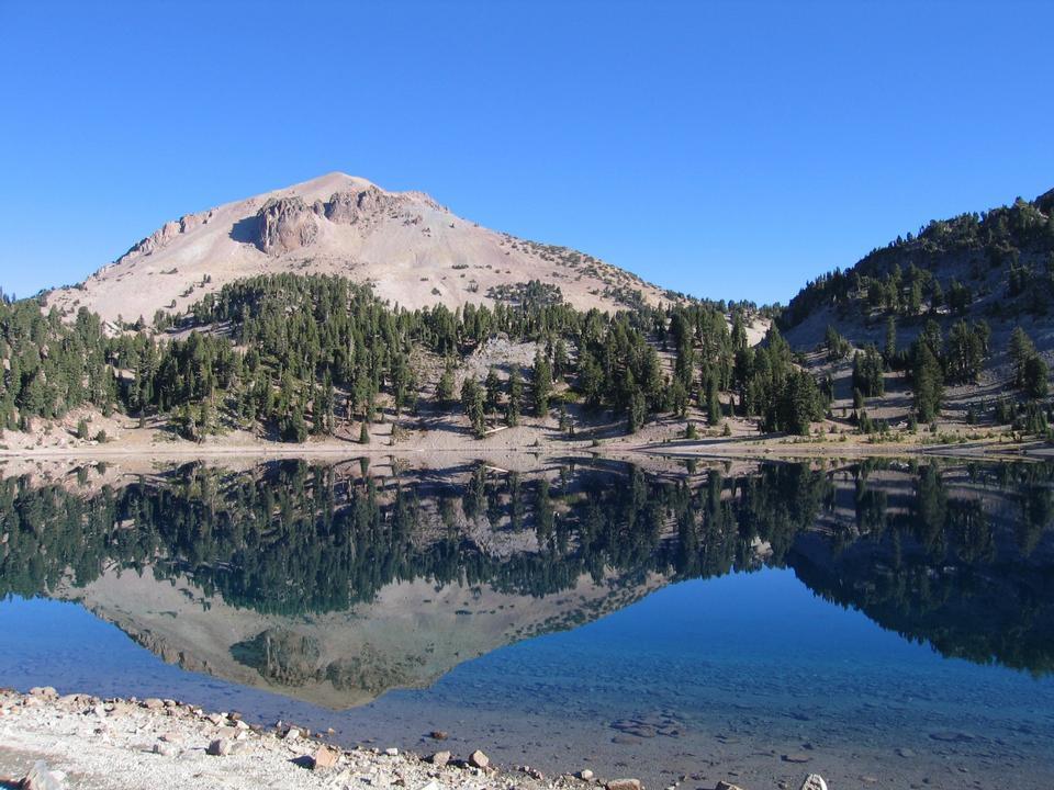 Pico Lassen refleja en Lake Helen