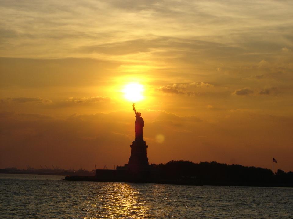 自由女神像紐約市的日落