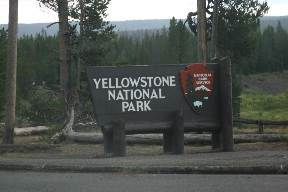 路和车附近的黄石标志。