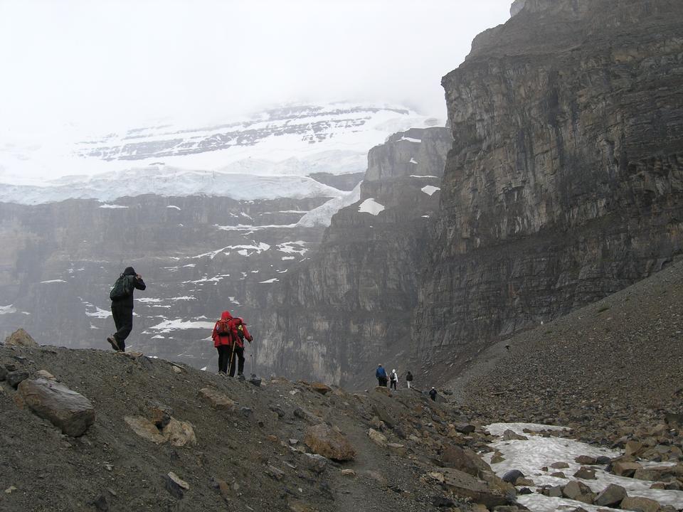 Los excursionistas en la llanura de seis glaciares sendero en el Parque Nacional Banf