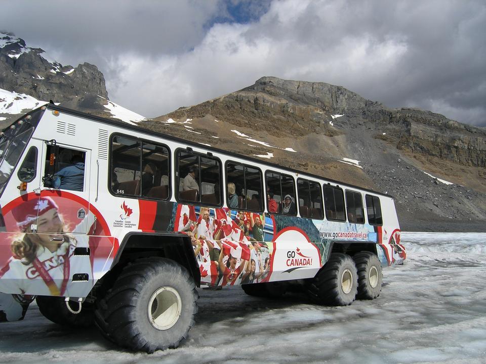アサバスカ氷河上の雪のコーチ