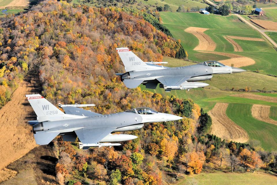在威斯康星州的两架F-16战斗机
