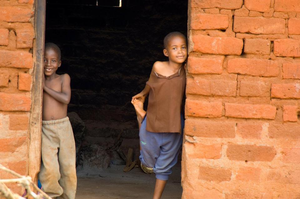 彼らの家の横に休んでマサイ族の子供たち