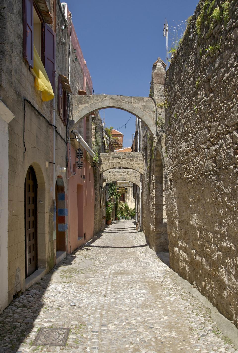 alte Straße mit Bögen, in der Nähe von Agiou Fanouriou Straße