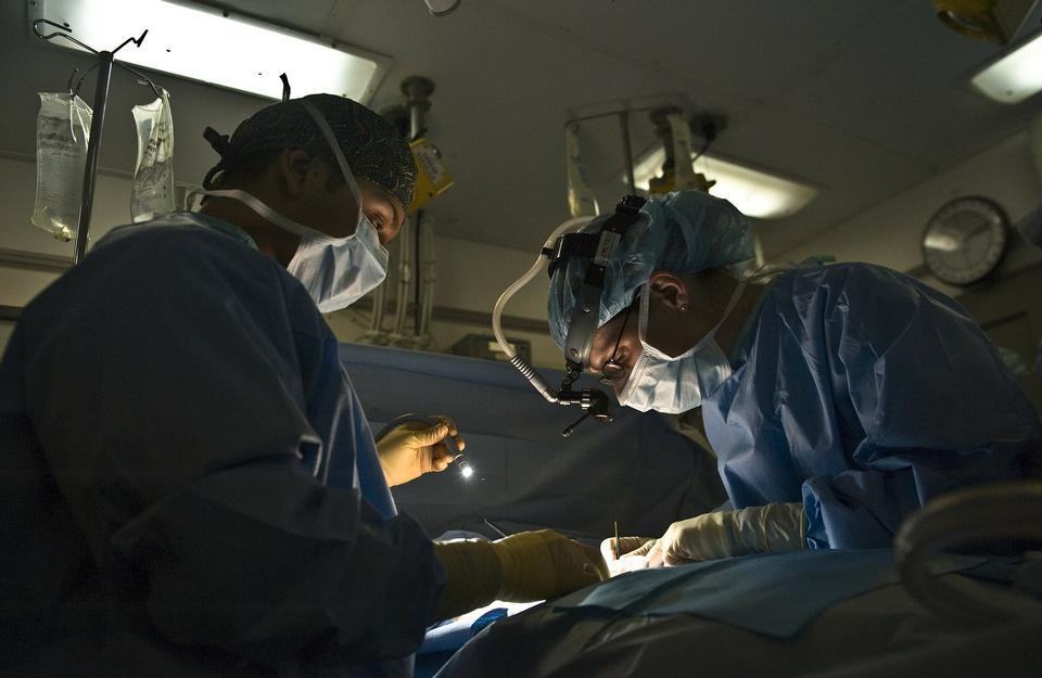 周圍的病人在手術台上醫生