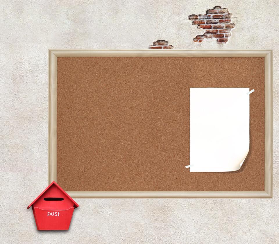 フレームに茶色のコルクボード上の紙に注意してください。