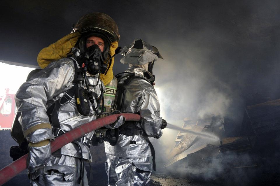 消防队员攻击火力