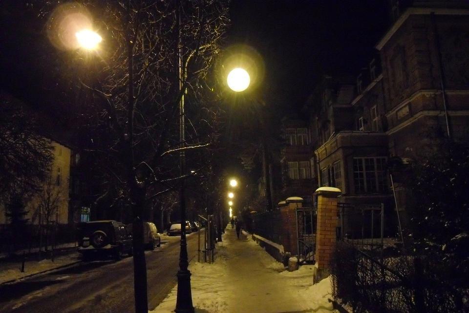 Hiver Stree le soir recouvert de neige avec une rangée de lampes