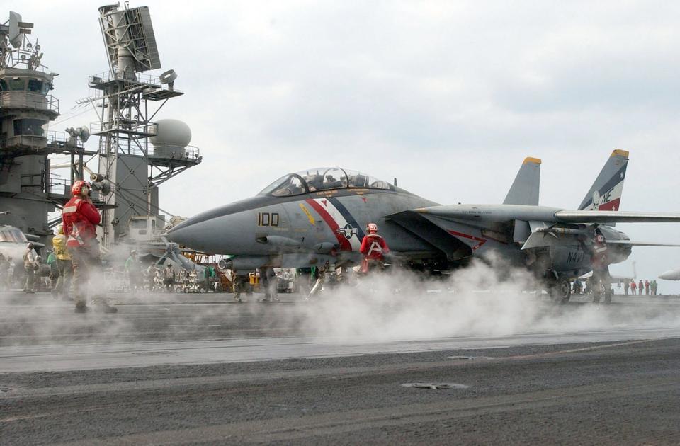フライトデッキ乗組員は、F-14D Tomcatを導く