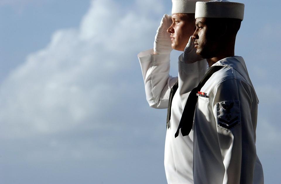 水手不同种族三人敬礼