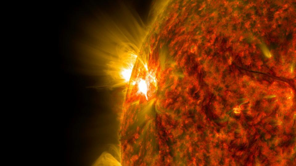 美國宇航局的太陽動力學天文台捕獲強烈太空天氣