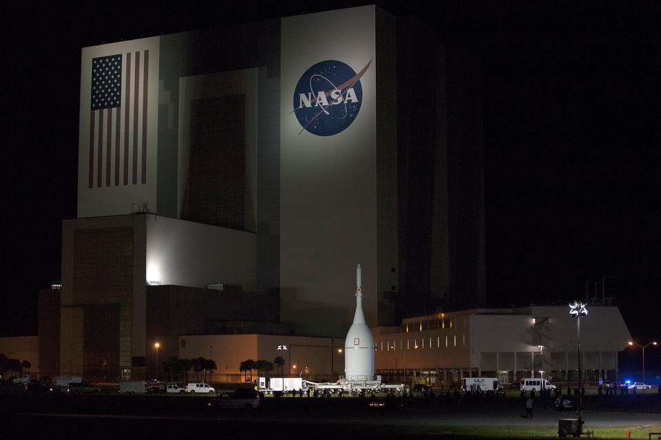 Orion Rolls Spacecraft passato il Vehicle Assembly Building