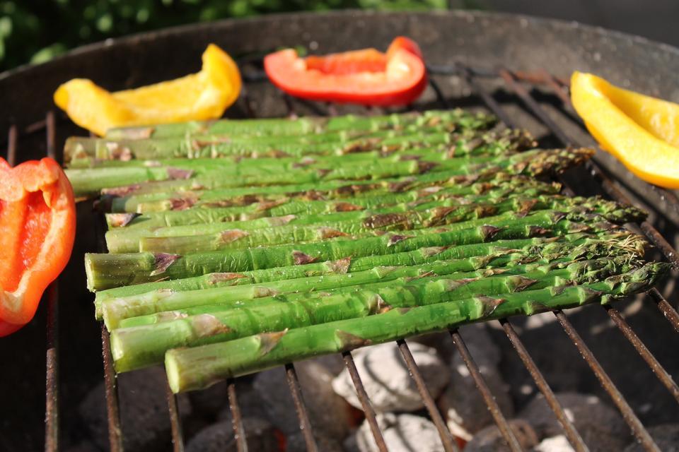 grigliato asparagi su un barbecue all'aperto con fiamme libere