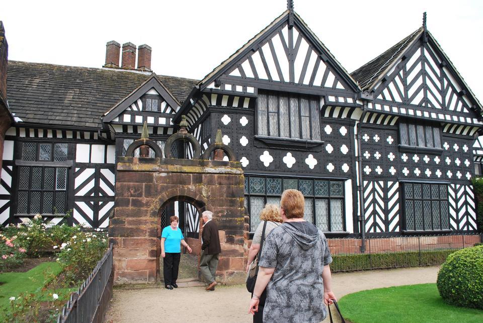 黑色和白色的木构架的中世纪豪宅和花园。