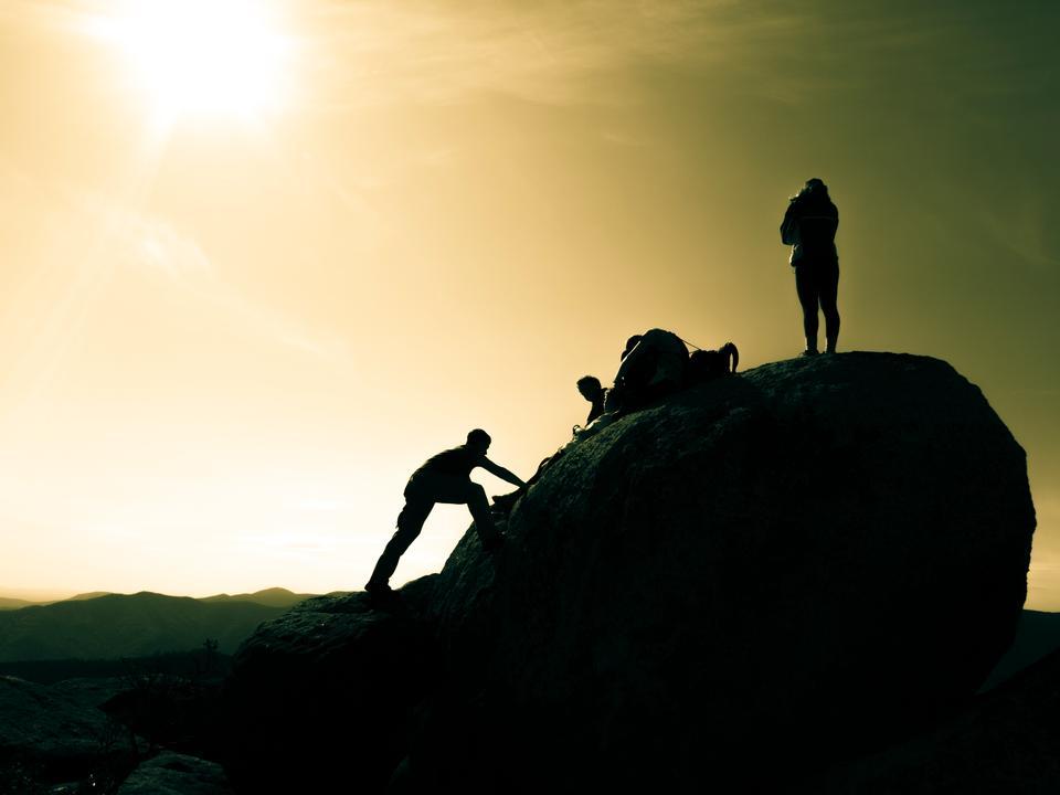 岩の頂上に登る(シェナンドー古いぼろ山)