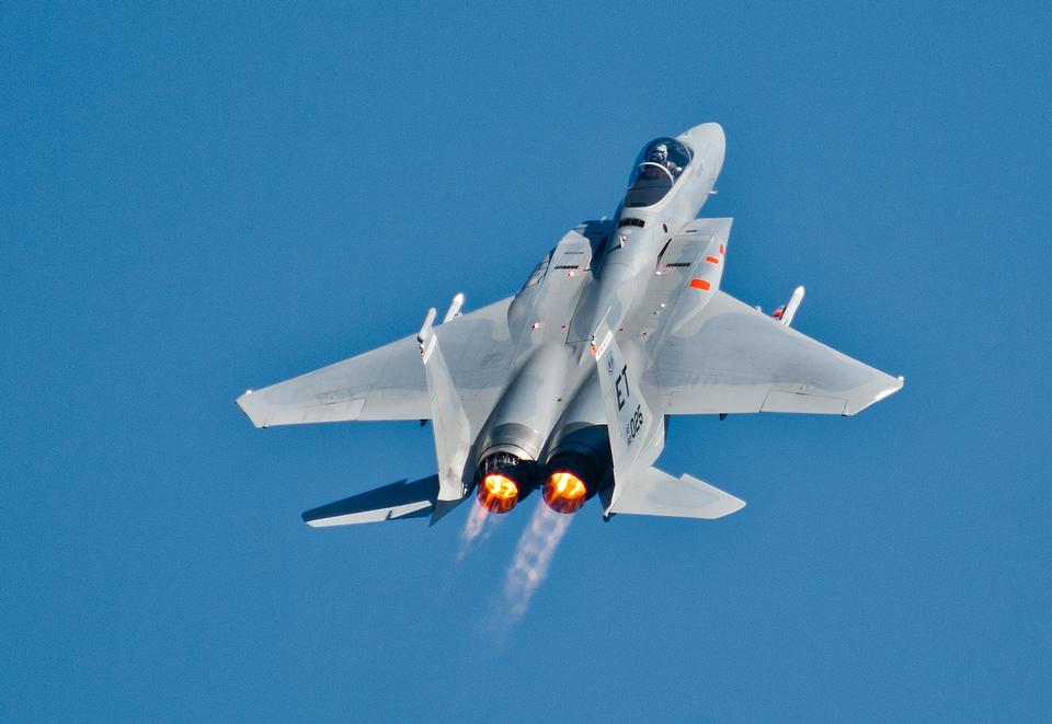 F-15 Eagle se eleva sobre el despegue de una salida por la mañana
