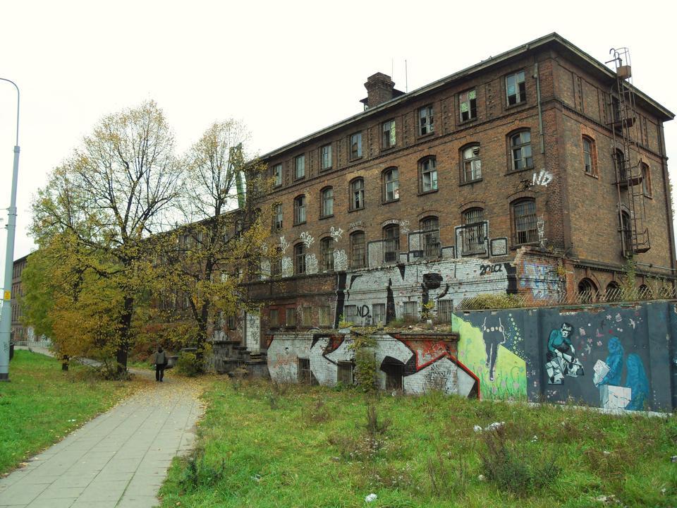 Rovinato e abbandonato edificio industriale in zona Cantiere di Danzica