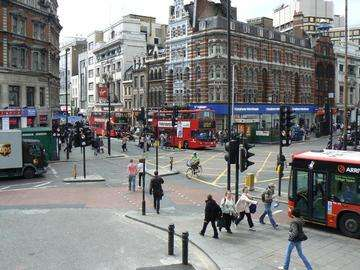 Download grátis imagem de alta resolução - turistas que atravessam a junção em Londres