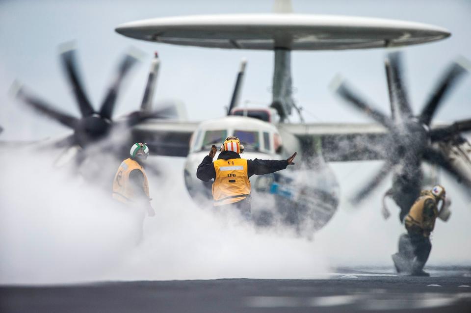 水手引导一架E-2C鹰眼