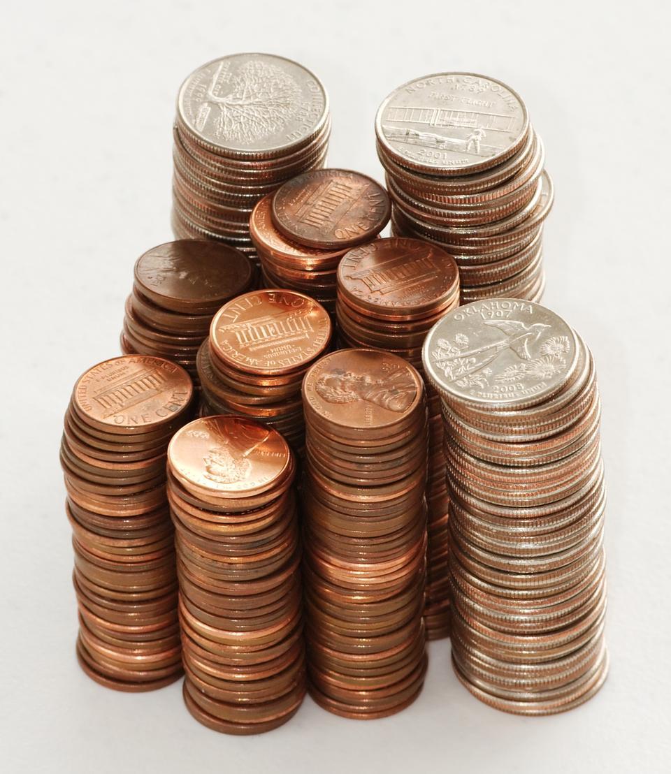 Pilas de cuartos y centavos estadounidenses