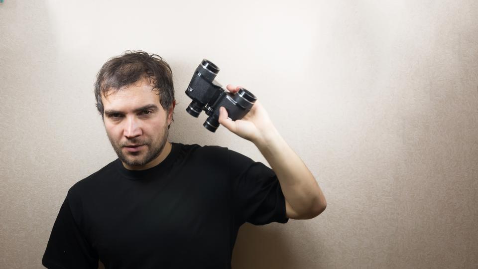 小伙子用望远镜