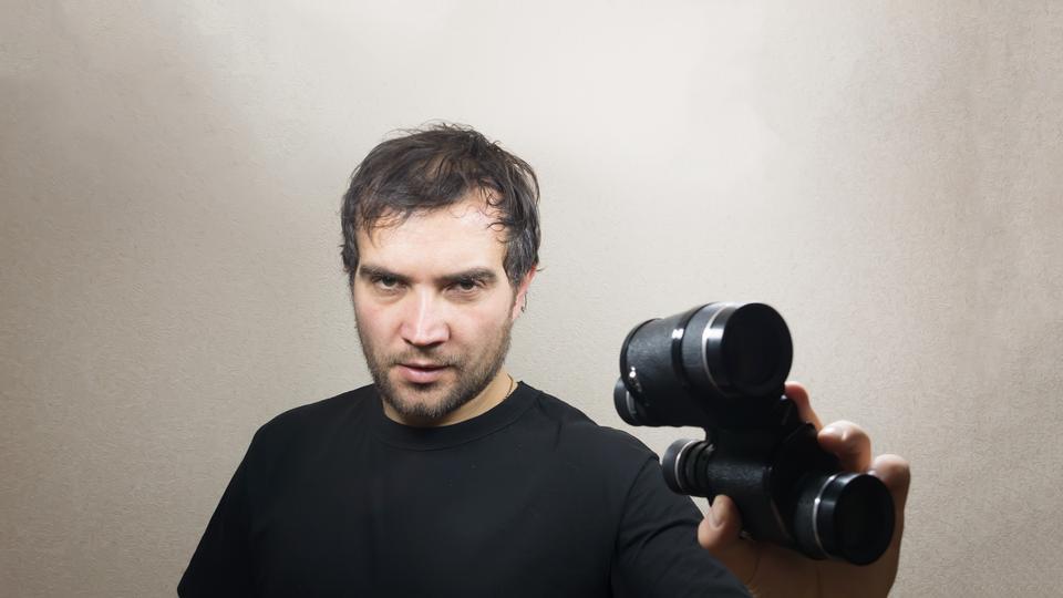 hombre joven con binoculares
