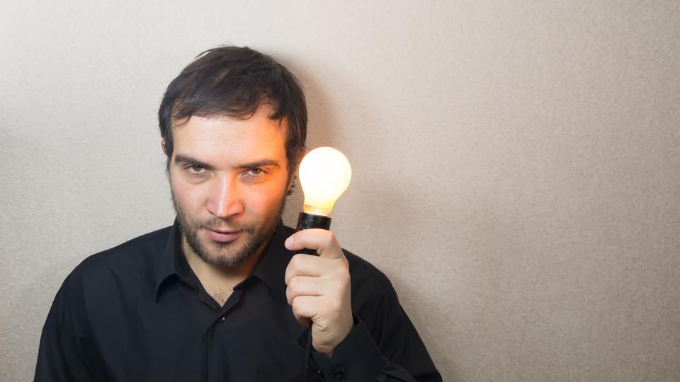 男子手持燈泡
