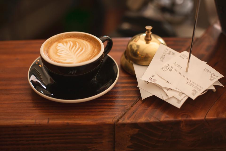 トレイクローズアップ上のコーヒーカップ