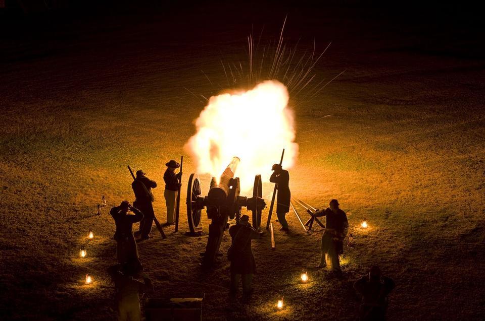キャノンの火はフォートプラスキーを照らす