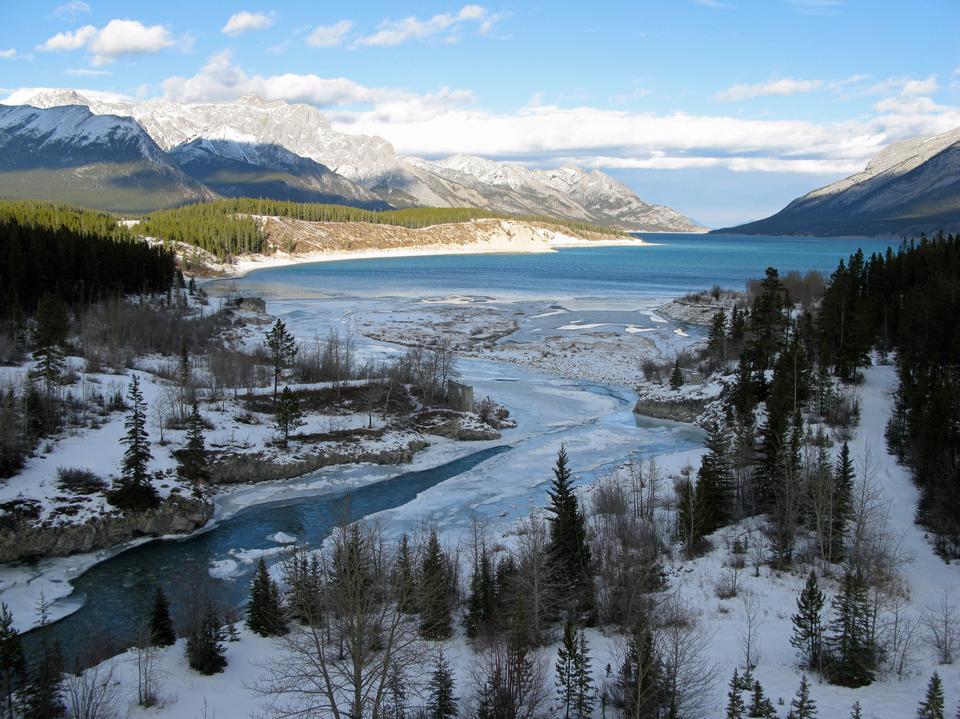 西部アルバータ州、カナダのアブラハム湖近くクライン川