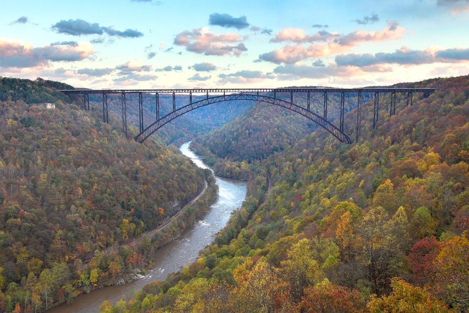 El New River Gorge Bridge con colores de otoño WV