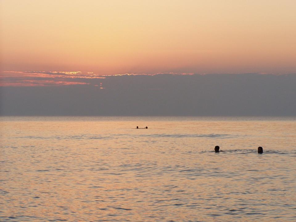 puesta de sol sobre Lake View playa