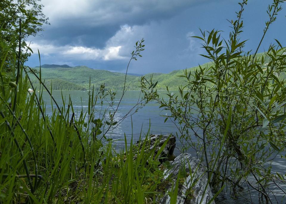 惡劣的天氣在Canim湖不列顛哥倫比亞省
