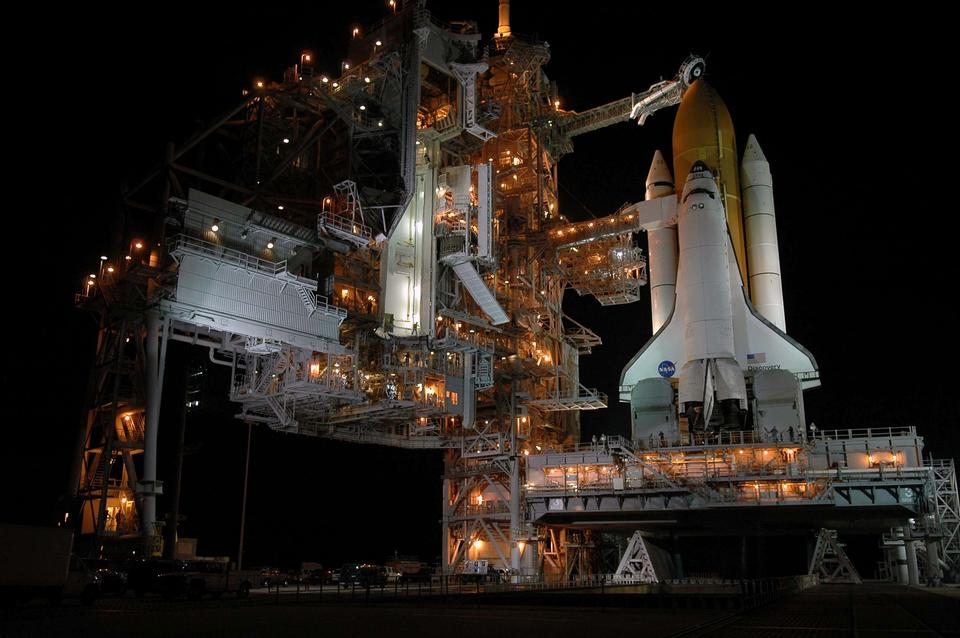 Space Shuttle Discovery in der Nacht