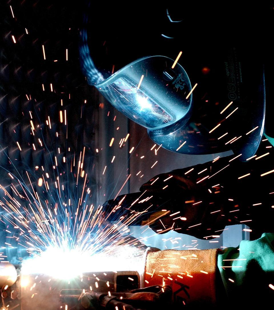 一个男人熔化极气体保护焊