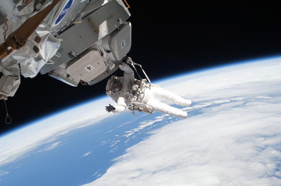 우주 유영 ISS