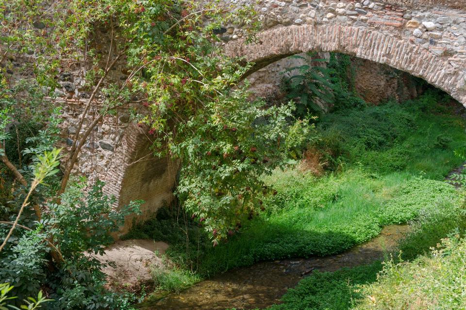 숲에서 작은 스트림을 통해 오래 된 돌 다리