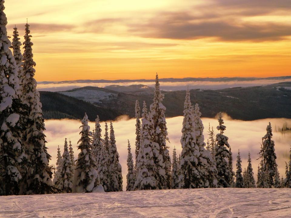 雄伟壮观的夕阳在山景观
