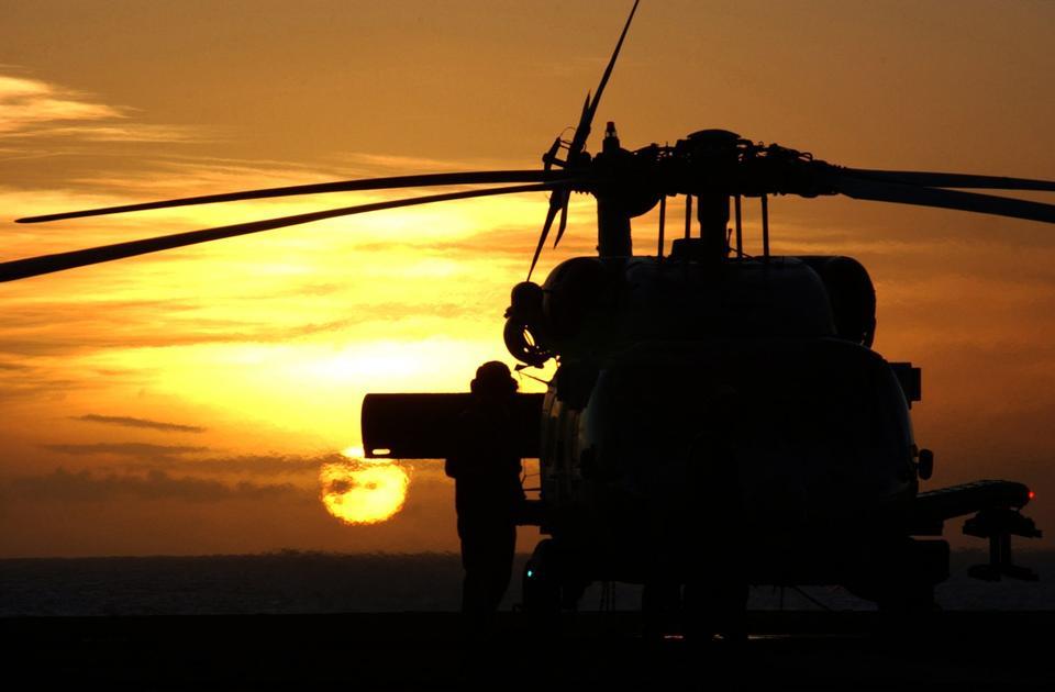 飛行機キャプテンはHH-60Hシーホークを準備