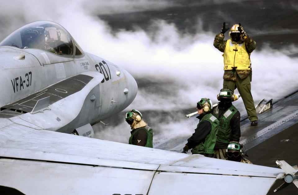 飞行甲板水手位置的F-18大黄蜂