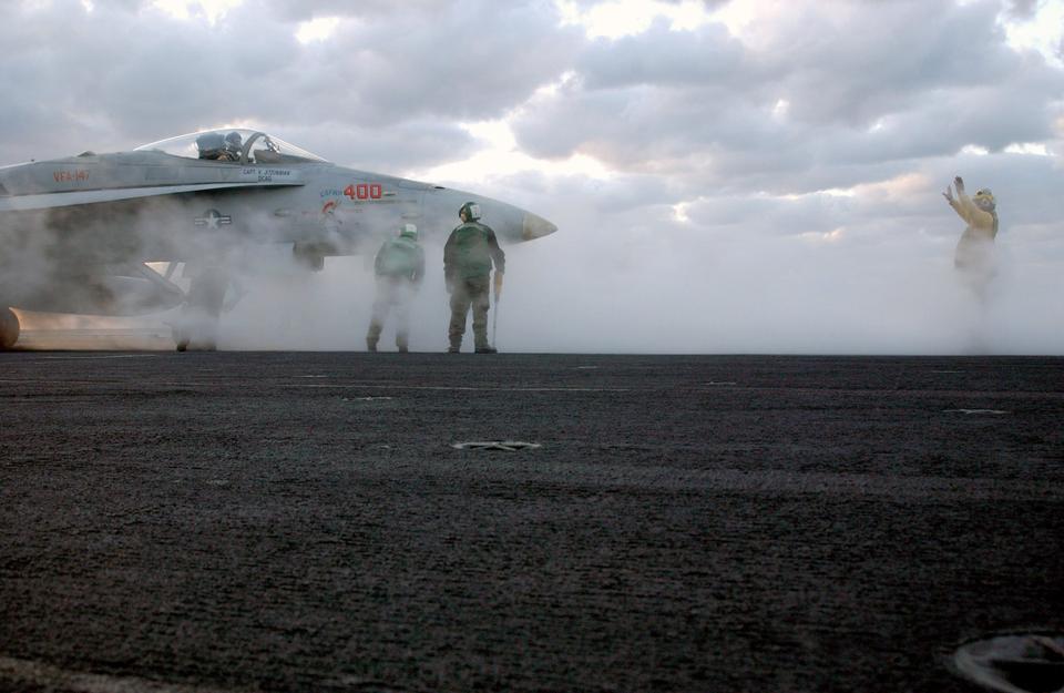 飞行甲板主任指导的F / A-18C大黄蜂