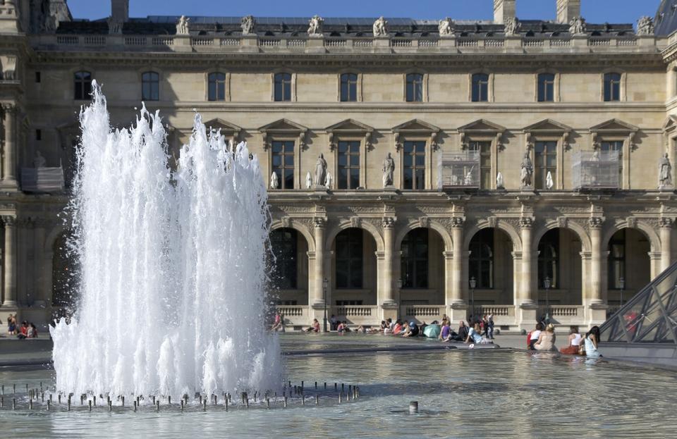 喷泉卢浮宫,巴黎,法国