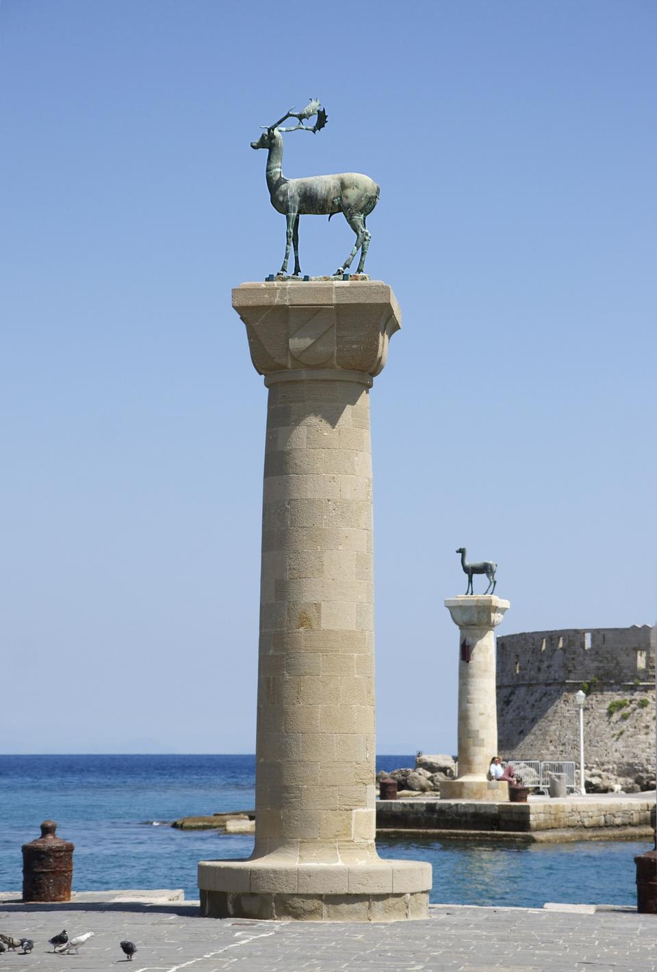 Mandraki海港有和青銅雕像鹿 - 羅得島,希臘島