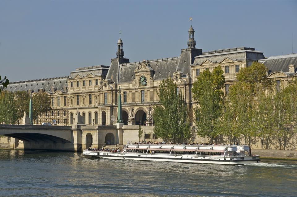 crucero turístico en el río Sena en París