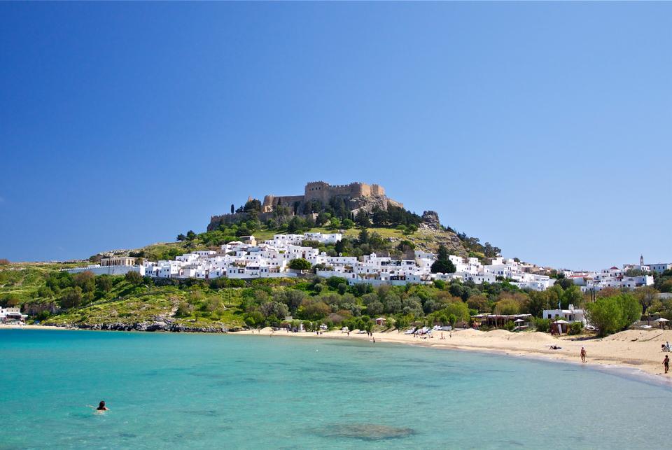 与上面的城堡罗得岛的希腊小岛林多斯